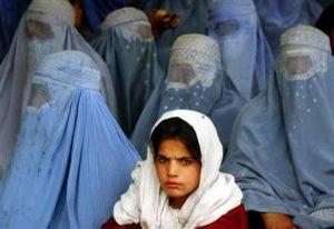 Niña-afgana-rodeada-de-mujeres-con-burka-ilgaorg