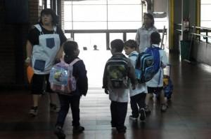 niños en la escuela adentro