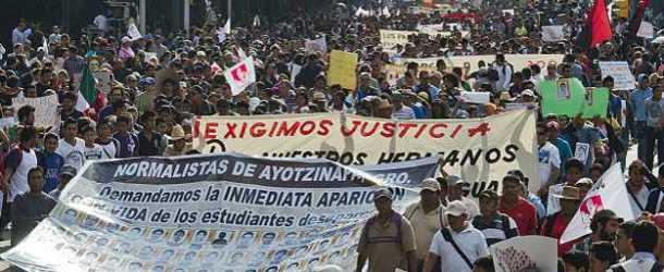 Multitudinarias marchas por la desaparición de los 43 estudiantes