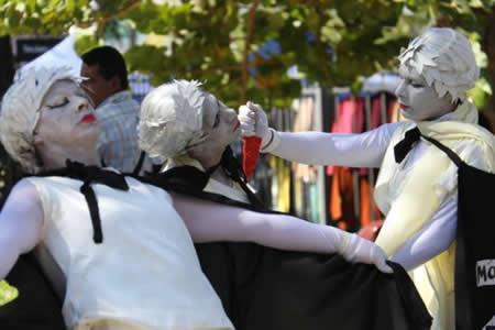 Elenco trans escenifica en plaza de Asunción grito de denuncia por asesinatos