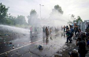 refugiados-gas-pimienta-canon-agua