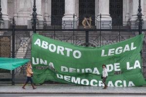 (140929) -- BUENOS AIRES, septiembre 29, 2014 (Xinhua) -- Una pancarta es colocada frente al Congreso Nacional de Argentina, durante una marcha para exigir un debate en las Cámaras de una ley que permite el aborto gratuito, legal y seguro, en Buenos Aires, Argentina, el 29 de septiembre de 2014. Entre 450,000 y 600,000 abortos ilegales son realizados en Argentina cada año, la mayoría de ellos bajo condiciones inseguras, lo que posiciona al aborto como la primera causa de muerte materna. (Xinhua/Patricio Murphy/ZUMAPRESS) (rt)