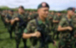 ****inte1Soldados forman durante una ceremonia de creación de un nuevo batallon contraguerrilla en el sector de Tolemaida, Colombia, el 17 de enero de 2005. Los gobiernos de Colombia y Venezuela, enfrascados en una crisis por la captura en diciembre pasado de un guerrillero de las FARC, se ratificaron en sus posiciones, dificultando una salida próxima a la crisis, mientras que la comunidad internacional comienza gestiones para aproximar a las partes. AFP PHOTO/Alvaro INOSTROZA****