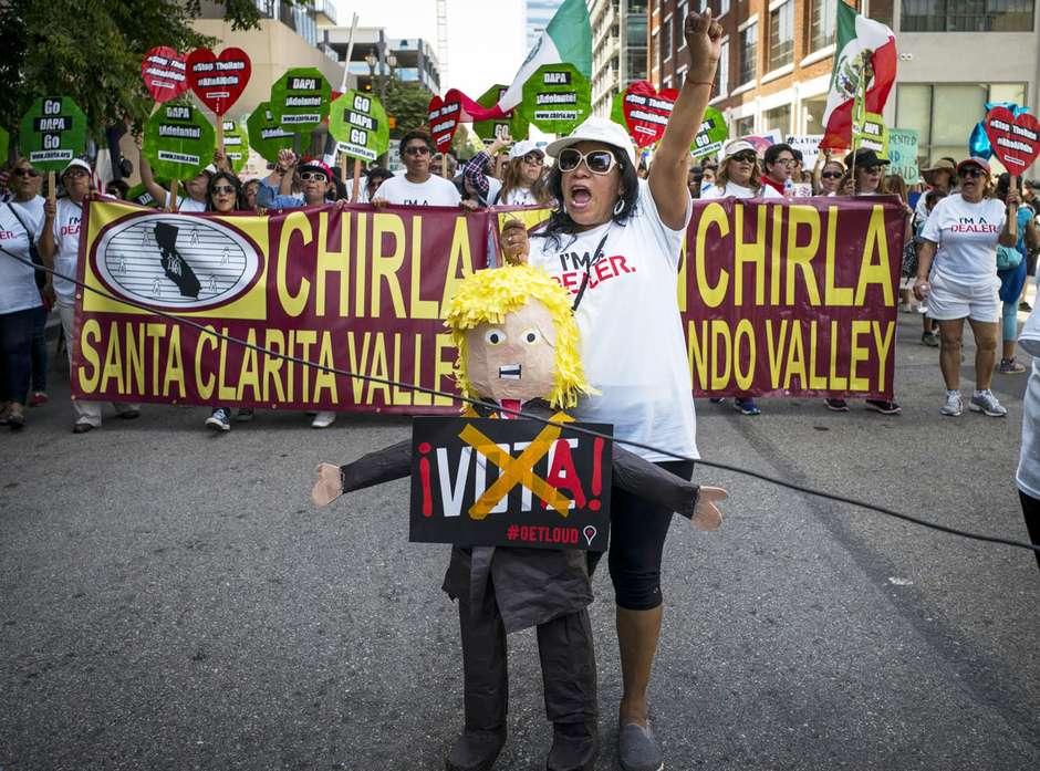 Cientos de manifestantes por el 1 de mayo - y una que lleva una piñata de Donald Trump- salen a las calles de Los Ángeles para exigir respeto a los derechos de los inmigrantes y de los trabajadores, al tiempo que lamentaron lo que consideran es una retórica de campaña presidencial llena de odio, el domingo 1 de mayo de 2016.