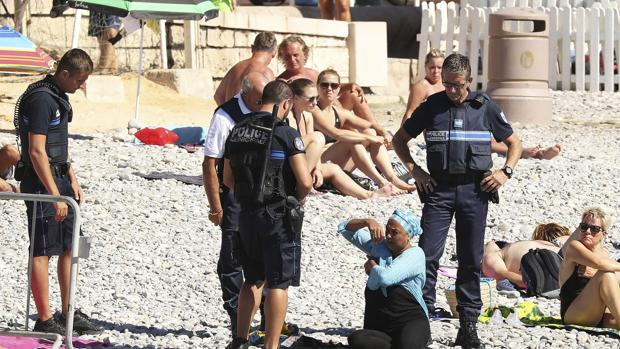 policia-niza-playa-kzcF--620x349@abc